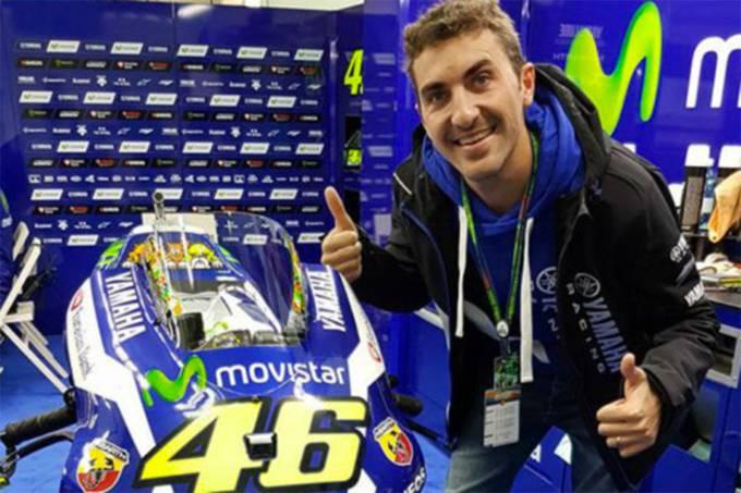 O piloto Enric Saurí posa ao lado da moto de Valentino Rossi