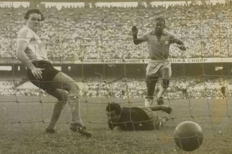 No dia 7 de julho de 1957, Pelé entrou em campo pela primeira vez vestindo a camisa da Seleção Brasileira. A partida contra a Argentina e válida pela Copa Roca, o atual Superclássico das Américas, foi disputada no Maracanã, no Rio de Janeiro, com um público de 80 mil pessoas