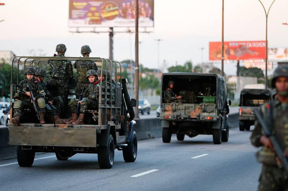 Homens das Forças Armadas patrulham as ruas no Rio de Janeiro - 28/07/2017