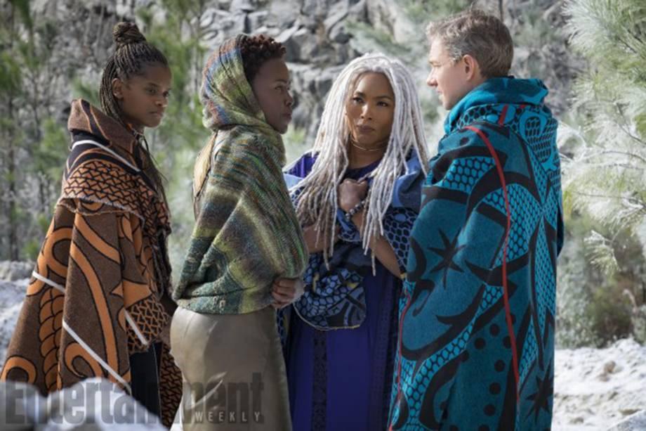 Shuri (Letitia Wright), irmã do Pantera Negra, acompanha Nakia (Nyong'o) e Ramonda (Angela Bassett) durante uma missão por área hostil de Wakanda. Junto a elas está o agente da CIA Everett K. Ross (Martin Freeman), um dos poucos estrangeiros bem-vindos na nação
