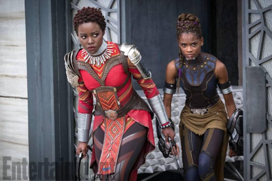 Nakia (Lupita Nyong'o) e Shuri (Letitia Wright) em missão especial do Dora Milaje