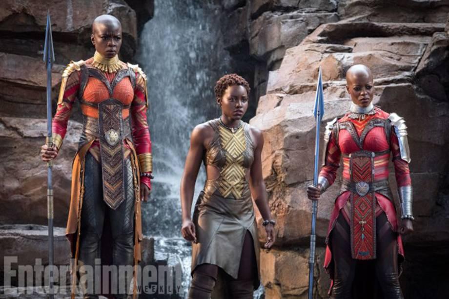 Gurira, Nyong'o e Kasumba vestidas nos uniformes tradicionais do Dora Milaje, serviço secreto de Wakanda