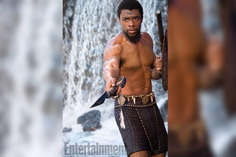 Chadwick Boseman interpreta T'Challa: príncipe de Wakanda durante o dia, e o justiceiro Pantera Negra a noite