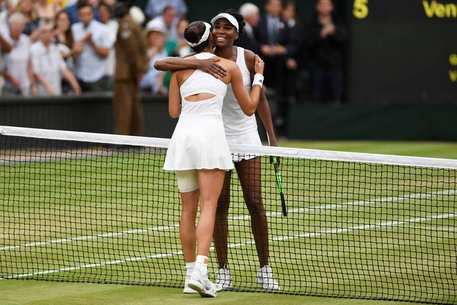 Garbine Muguruza, da Espanha, e Venus Williams, dos Estados Unidos, se cumprimentam após partida final do torneio de tênis de Wimbledon, em Londres