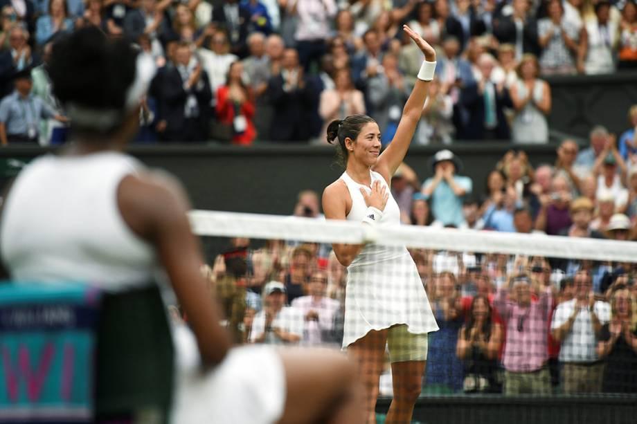 Campeão de Wimbledon, a espanhola Garbine Muguruza, cumprimenta o público após partida final contra Venus Williams, em Londres