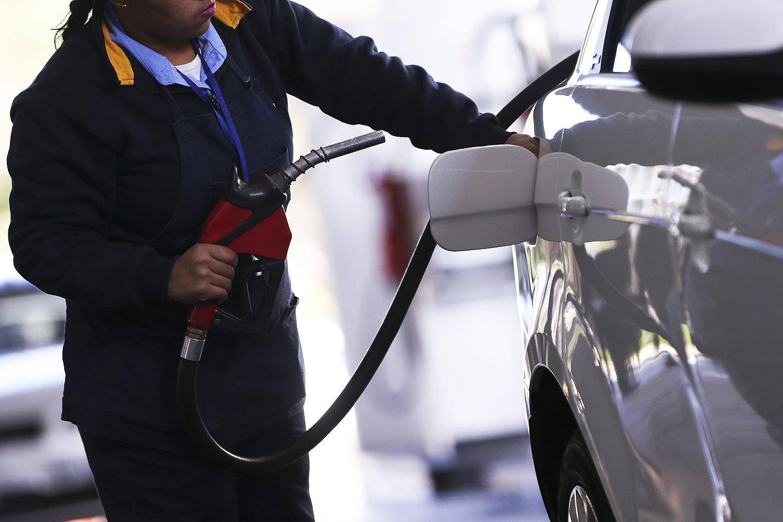Gasolina com novo padrão passa a valer e deve elevar preço nas bombas