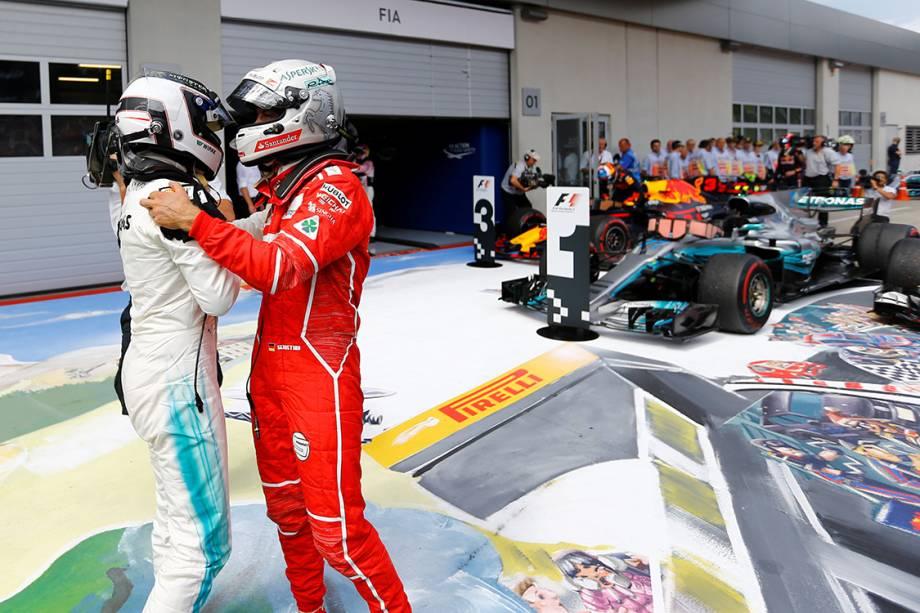 Valtteri Bottas, da Mercedes, cumprimenta Sebastian Vettel, da Ferrari, após vencer o GP da Áustria