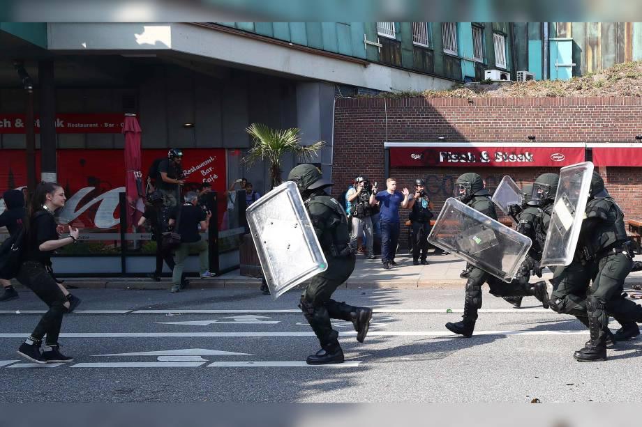 Policias avançam em confronto dos manifestantes contra a conferência do G20 na tentativa de conter os protestos em Hamburgo, na Alemanha.