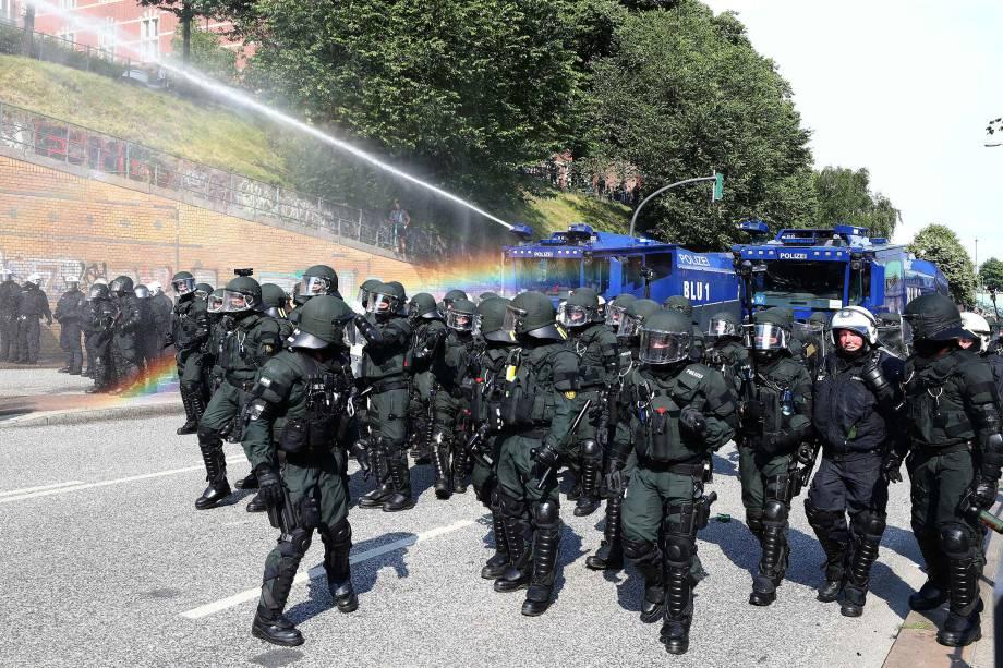Polícia alemã usa caminhões com jatos de água enquanto avançam para conter os manifestantes contra a conferência do G20, em Hamburgo.