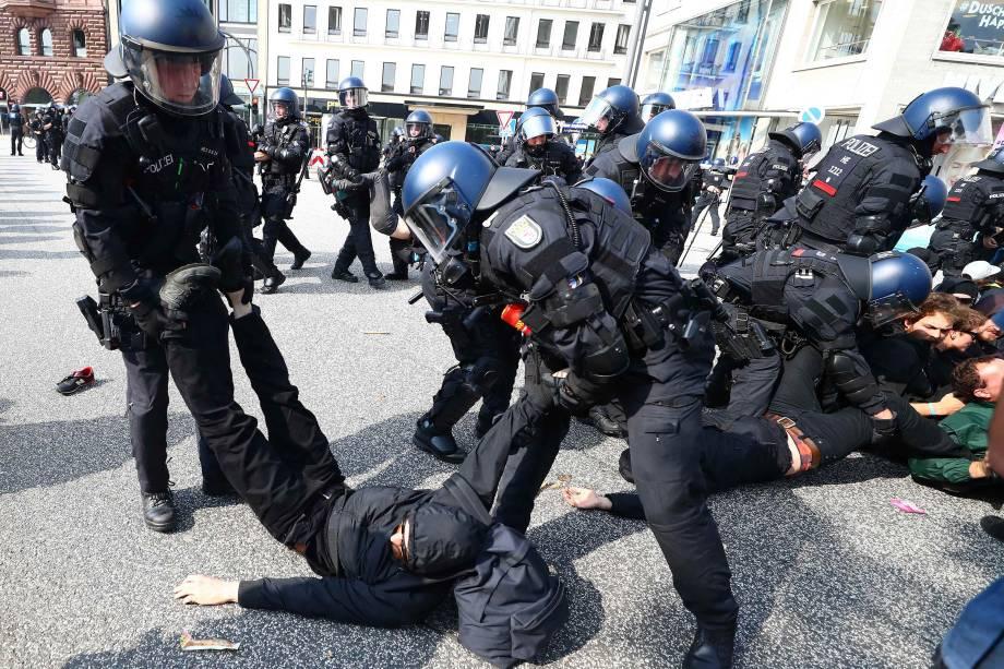 Policias alemães expulsam manifestantes que tentaram bloquear uma rua durante a conferência do G20 em Hamburgo.