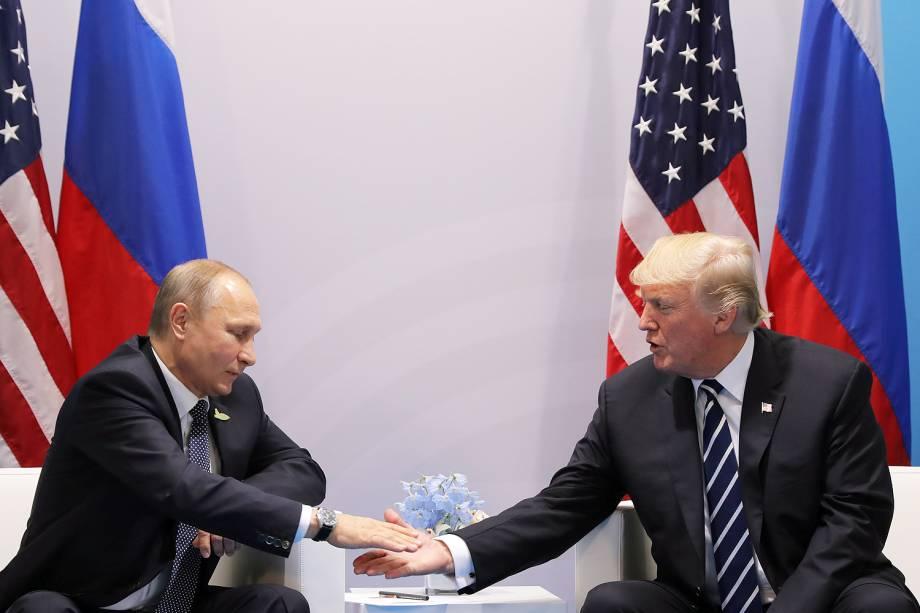 Presidentes Donald Trump, dos Estados Unidos, e Vladimir Putin, da Rússia, se encontram durante conferência do G20 em Hamburgo, na Alemanha - 07/07/2017