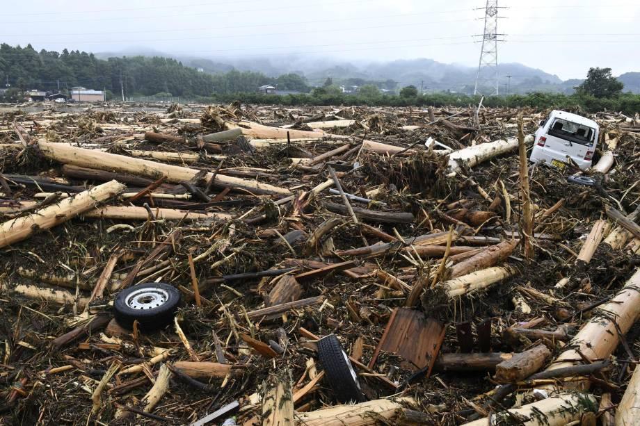 A fotografia feita em Asakura mostra os destroços da tempestade em um canal de água no Japão.