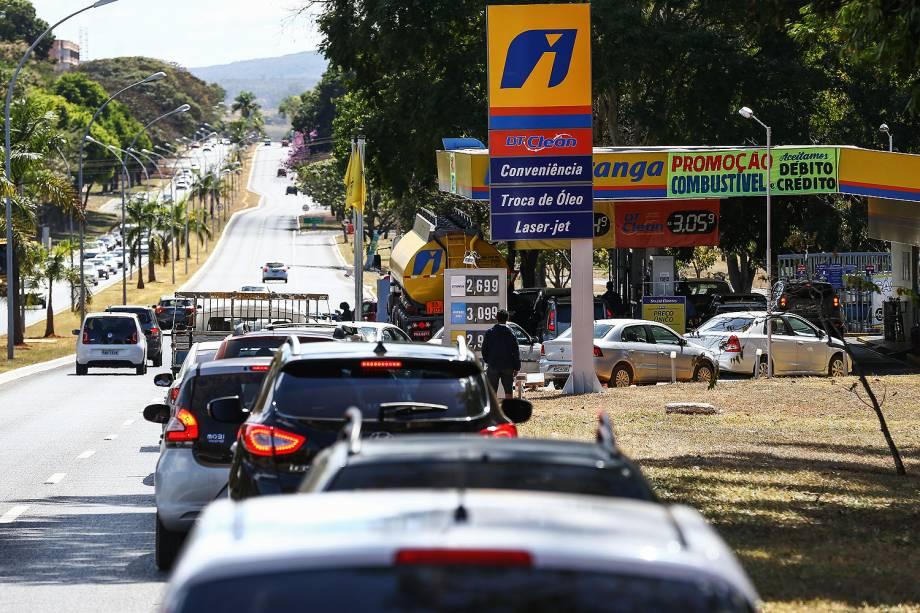 Motoristas fazem fila em posto de gasolina que ainda não reajustou o preço dos combustíveis, no Eixo W norte, em Brasília - 21/07/2017