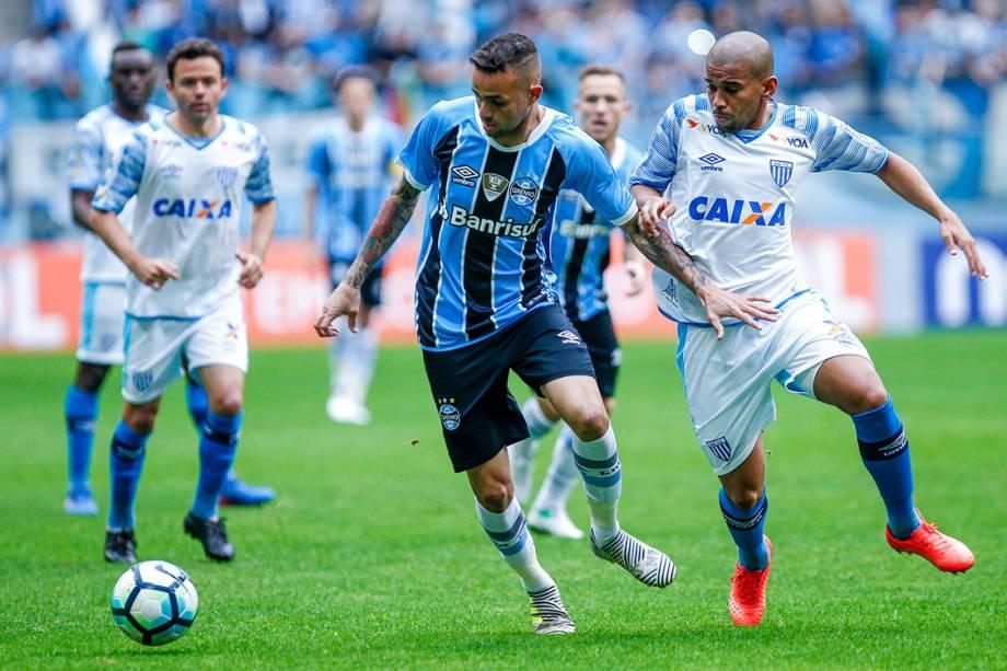 Disputa de bola na partida entre Grêmio e Avaí, pelo Campeonato Brasileiro, em Porto Alegre