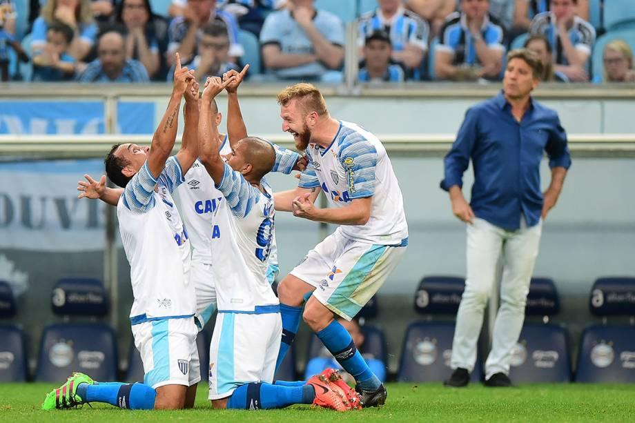 Jogadores do Avaí comemoram gol contra o Grêmio, pelo Campeonato Brasileiro, em Porto Alegre. (Grêmio 0 x 2 Avaí)