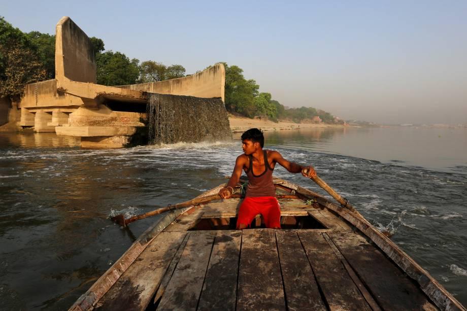 O esgoto não tratado flui de um dreno aberto para o rio Ganges em Kanpur, na Índia.