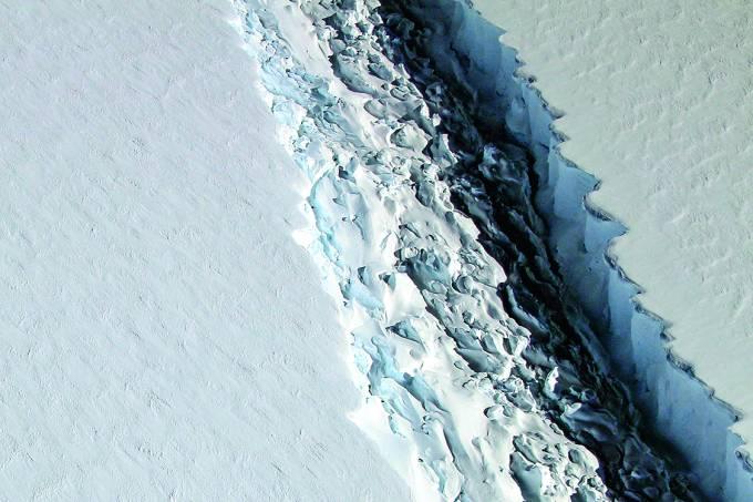 FERIDA ABERTA – Detalhe da fenda que formou o superbloco de gelo: 200 quilômetros de extensão