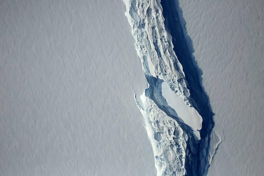 O bloco de gelo pesa um trilhão de toneladas e pode viajar pelas correntes marinhas a qualquer parte do globo