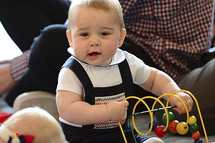 Príncipe George brincou com um grupo de bebês durante uma reunião informal de seus pais na sede do governo da cidade de Wellington, a capital da Nova Zelândia, em 2014