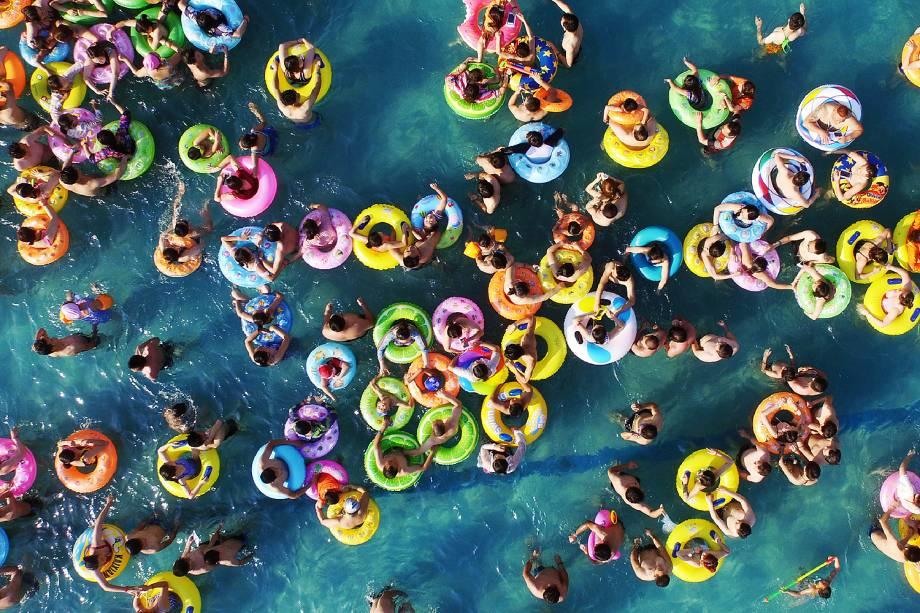 Pessoas se refrescam em uma piscina em Yangzhou, na província chinesa de Jiangsu, devido a forte onda de calor que deve continuar a se expandir pelo país - 12/07/2017
