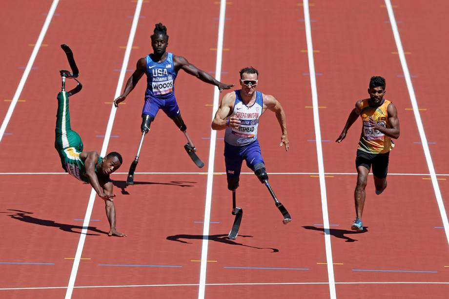 Atleta sulafricano Ntando Mahlangu cai durante prova de 100m rasos, válida pelo Campeonato Mundial de Paratletismo em Londres - 17/07/2017