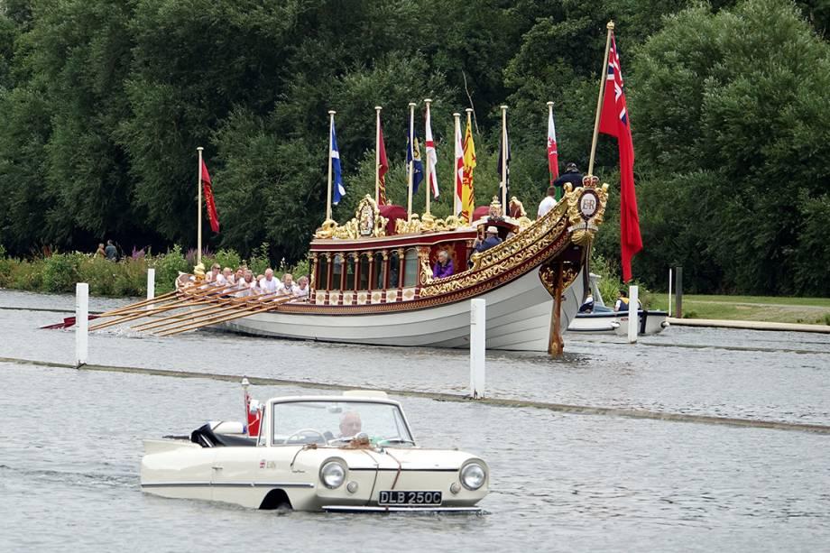 Carro-anfíbio passa pelo barco da Rainha Elizabeth II, durante tradicional festival de barcos que acontece anualmente no Rio Tâmisa - 17/07/2017