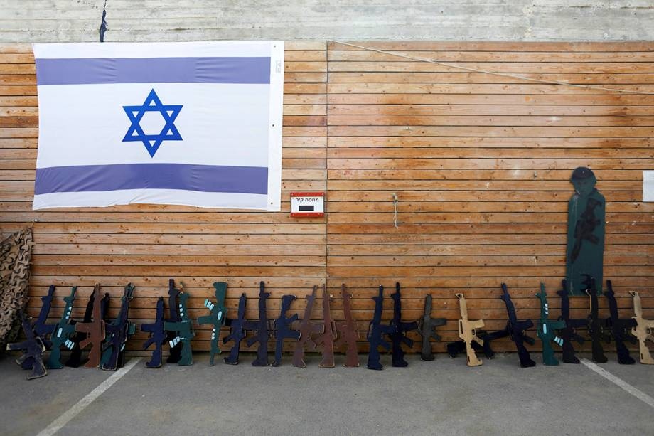 """Bandeira de Israel é pendurada ao lado de """"arsenal"""" esculpido em madeira, em um centro de treinamento anti-terrorismo em Jerusalém - 17/07/2017"""