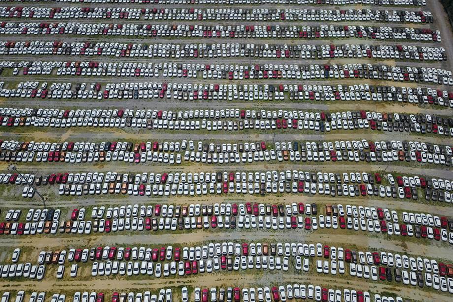Foto aérea registra pátio com carros novos em uma fábrica de automóveis em Shenyang, na China - 17/07/2017