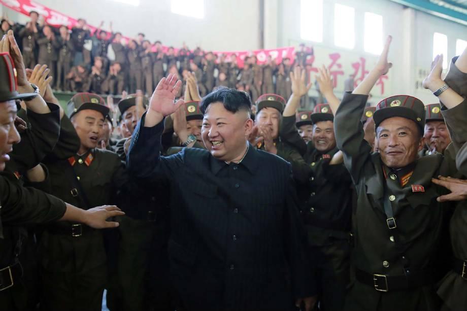Imagem divulgada pela Agência Central Norte Coreana de Notícias (KCNA) mostra o ditador  Kim Jong-Un comemorando o teste-fogo bem sucedido do míssil balístico intercontinental Hwasong- 14 em um local não revelado - 05/07/2017