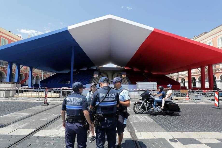 Policiais guardam praça decorada com as cores da França, poucos dias antes de cerimônia de homenagem às vítimas do ataque em Nice, um ano após o ocorrido - 12/07/2017