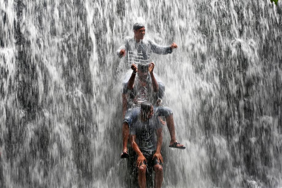 Garotos se divertem em barragem do lago Powai em Mumbai, na Índia, que transborda após fortes chuvas - 20/07/2017