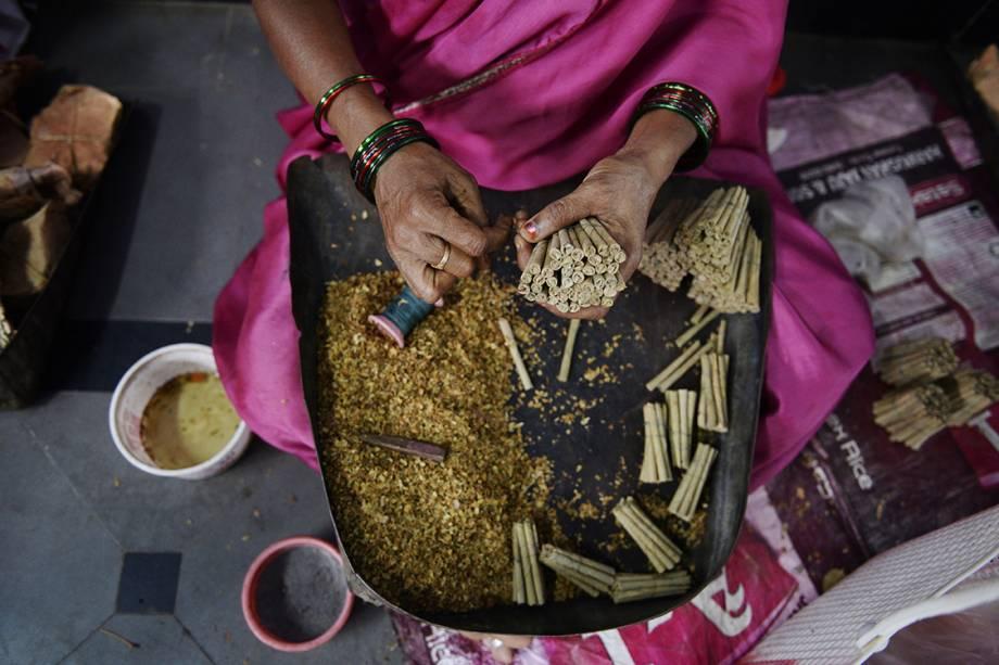 Trabalhadora manipula tabaco e produz cigarros em uma feira na cidade de Nizamabad, na Índia - 17/07/2017