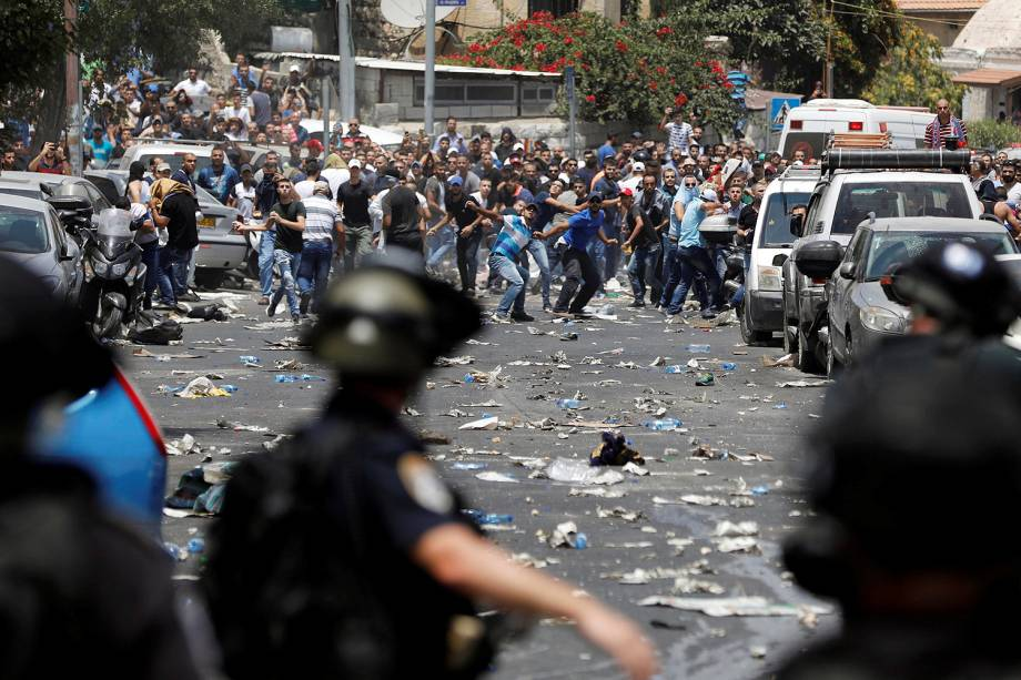 Muçulmanos palestinos e polícia israelense entram em confronto durante protesto contra medidas de segurança tomadas na entrada da mesquita de Al-Aqsa, na Cidade Velha de Jerusalém - 21/07/2017