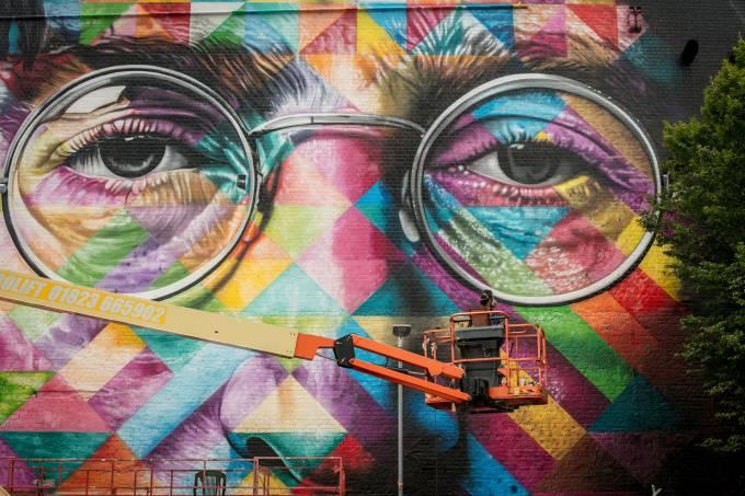 Kobra faz grafite John Lennon em Bristol na Inglaterra