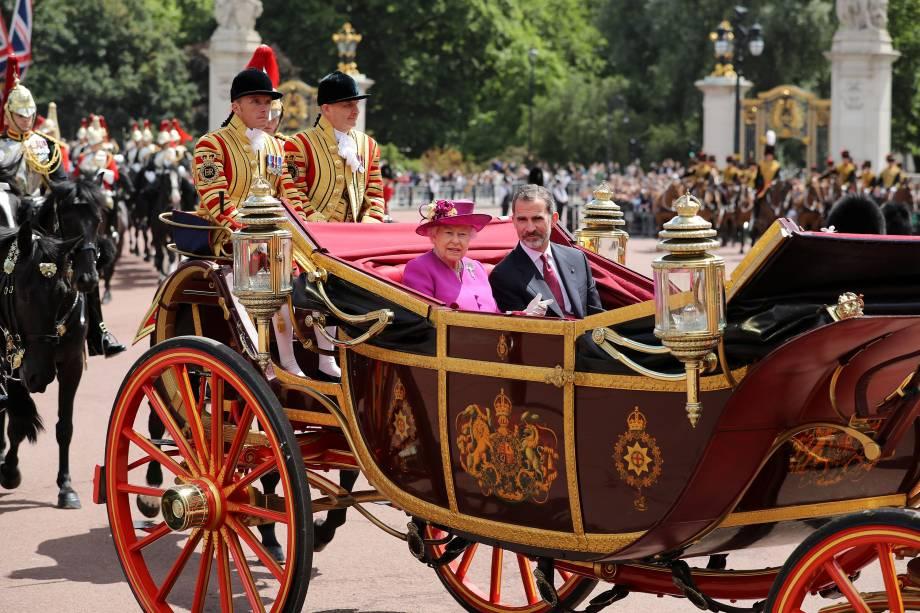No centro de Londres a rainha britânica Elizabeth anda de carruagem com o rei espanhol Felipe. Ele e sua mulher, rainha Letizia, iniciaram uma visita à Grã-Bretanha nesta quarta-feira - 12/07/2017