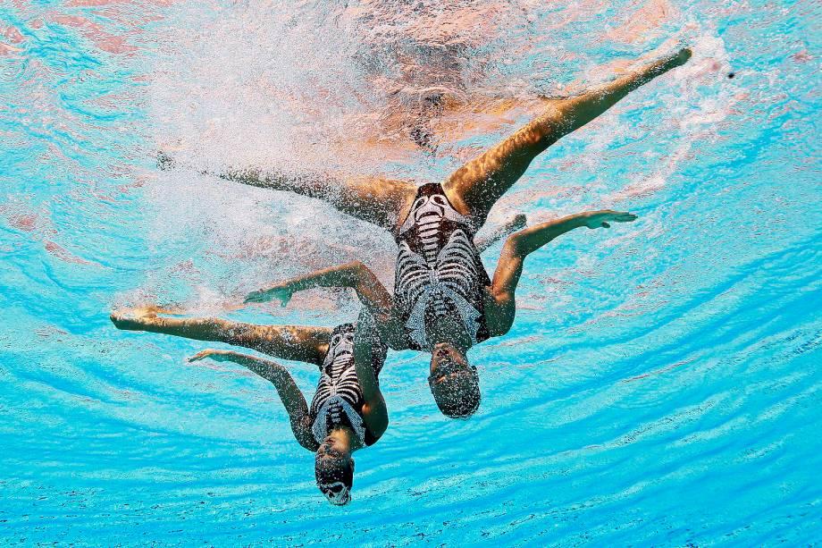 O dueto da Grécia durante a competição de natação sincronizada, no Campeonato Mundial de Esportes Aquáticos, em Budapeste, na Hungria - 20/07/2017