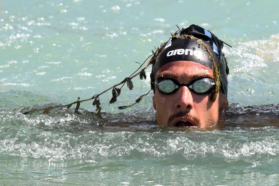 O medalhista de bronze italiano Mario Sanzullo, cruza a linha de chegada durante o evento misto de natação em águas abertas de equipe de 5 km, no Campeonato Mundial FINA em Balatonfuered - 20/07/2017