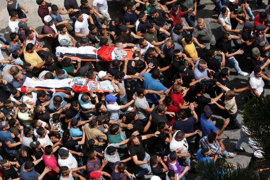 Palestinos carregam corpos e fazem homenagem aos mortos durante funeral na cidade de Jenin - 12/07/2017