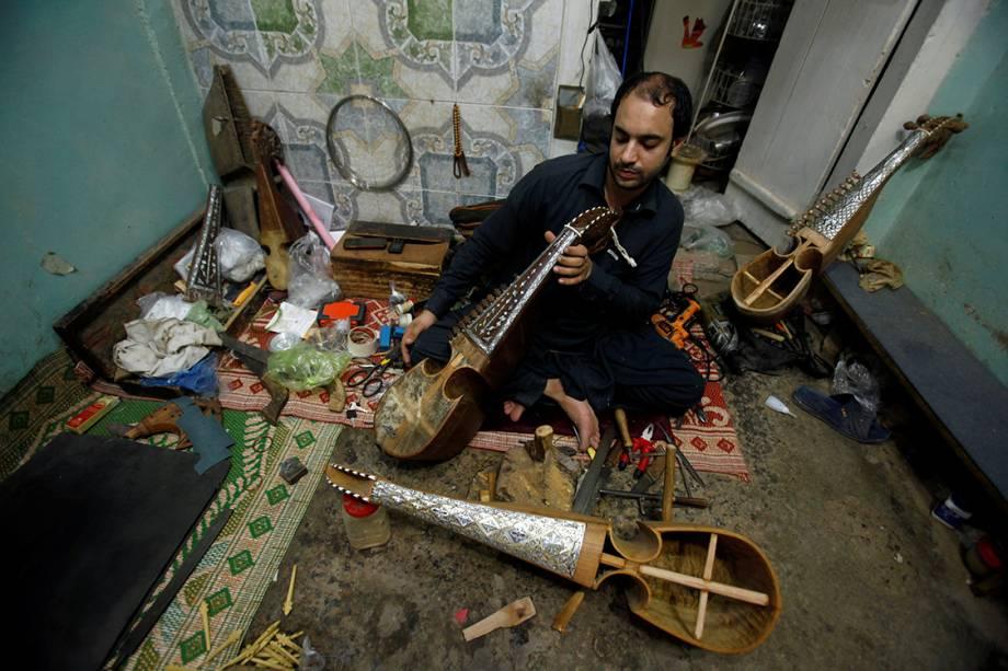 Artesão confecciona instrumentos musicais artesanalmente em uma feira na cidade de Peshawar, no Paquistão - 12/07/2017