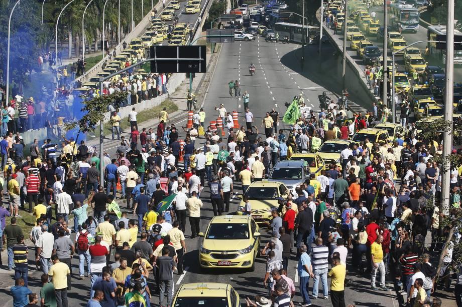 Taxistas saem em carreata em direção à sede da prefeitura do Rio de Janeiro durante ato contra o Uber e aplicativos de transporte - 27/07/2017