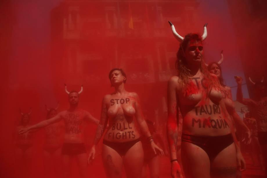 Ativistas dos direitos dos animais participam de uma manifestação pela abolição de corridas de touros e touradas antes do início do tradicional Festival de São Firmino em Pamplona, norte da Espanha - 05/07/2017