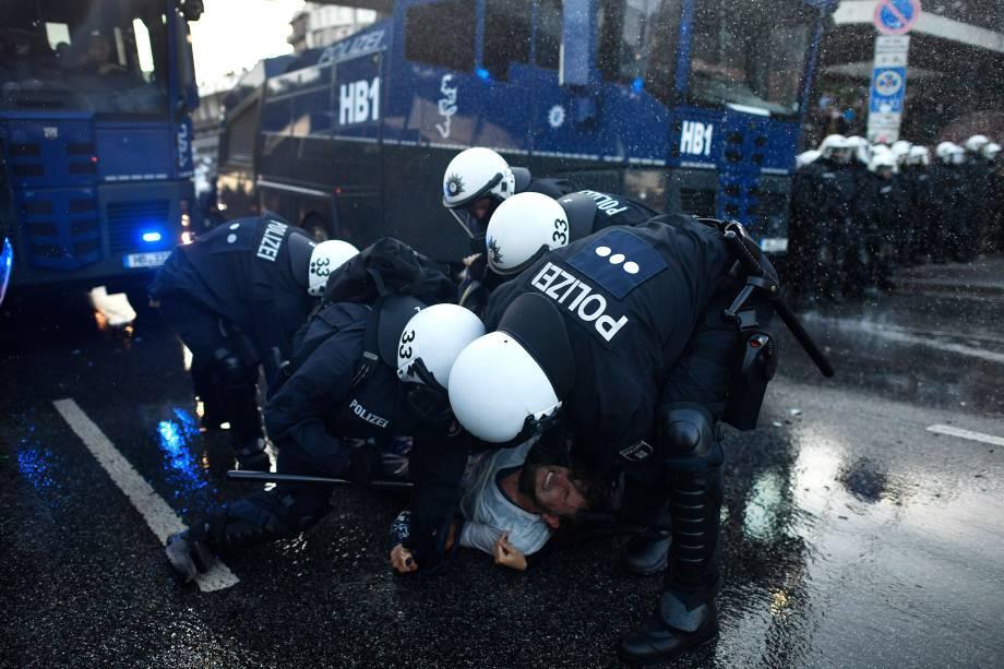 Polícia e manifestantes entram em confronto em protesto durante a realização da reunião de cúpula do G20 em Hamburgo, na Alemanha - 06/07/2017