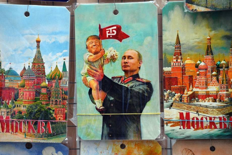 A fotografia mostra um quiosque de lembranças que oferece, entre outros, um desenho que representa o presidente russo, Vladimir Putin, segurando um bebê com a cara do presidente dos EUA, Donald Trump, com base em um cartaz de propaganda que mostra o soviético líder Joseph Stalin segurando um bebê, em Moscou na Rússia - 05/07/2017