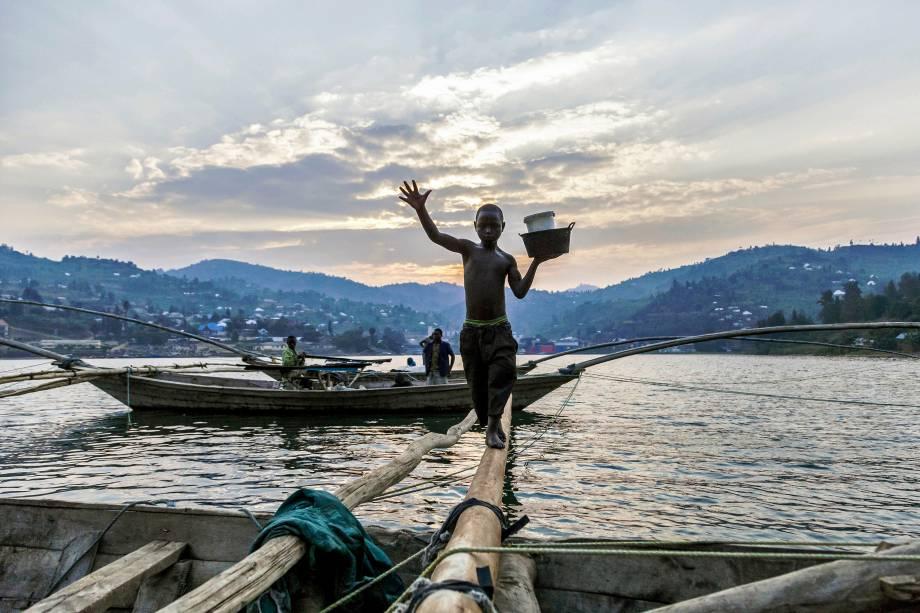 O jovem Izabayo, de 13 anos, sai do barco onde esteve com outros 10 pescadores depois de outra noite de pesca no lago Kivu, na cidade de Nyamyumba em Ruanda. Izabayo trabalha com os pescadores desde os 8 anos de idade - 17/07/2017