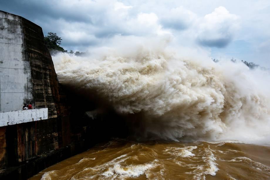 Pessoas observam a abertura das comportas da Usina hidrelétrica de Hoa Binh, após fortes chuvas causadas pela passagem do tufão Talas, em Hanói, no Vietnã - 20/07/2017