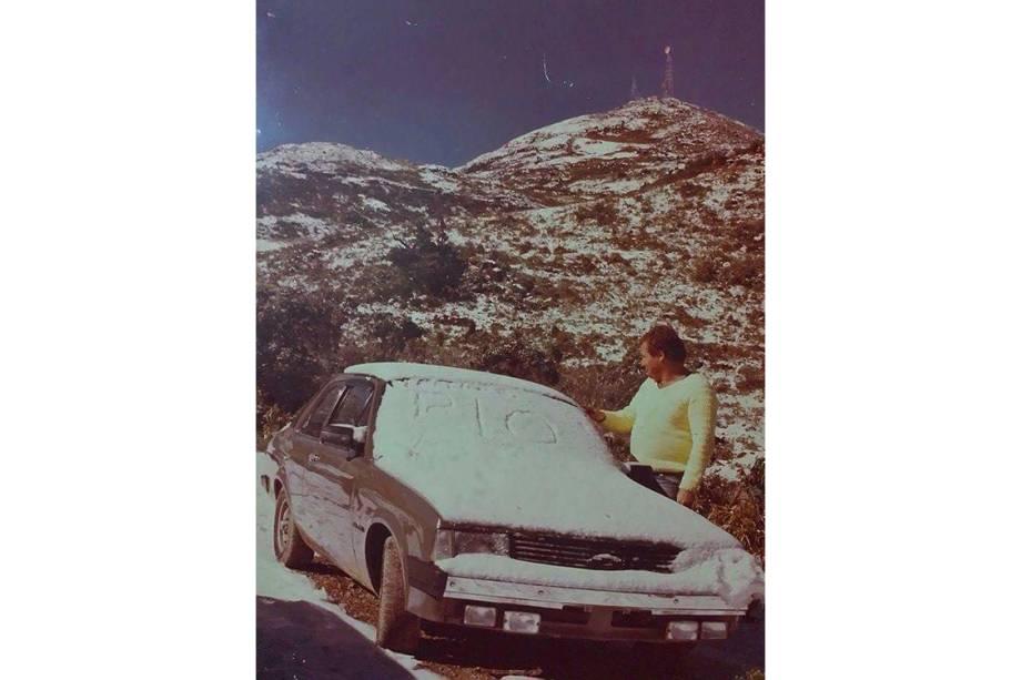 Foto de 1985, quando nevou por 9 horas seguida e o acúmulo de gelo demorou três dias para se desfazer. Na foto, Vicente Zaccari, pai de Gabriel Fitcher Zaccari, que torce para refazer a foto do pai.