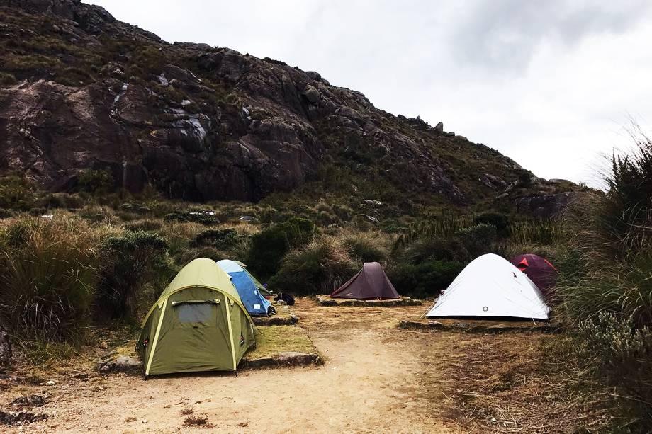 Pessoas acampadas no Parque Nacional do Itatiaia
