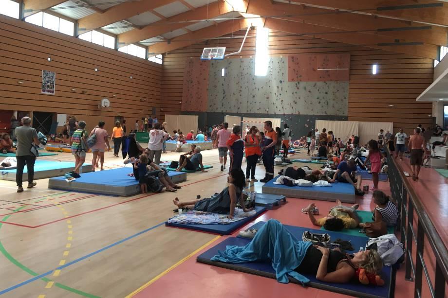 Um ginásio em Bormes-les-Mimosas, na França, serve para abrigar os refugiados do incêndio florestal que obrigou cerca de 10 mil pessoas a abandonarem o local onde estavam