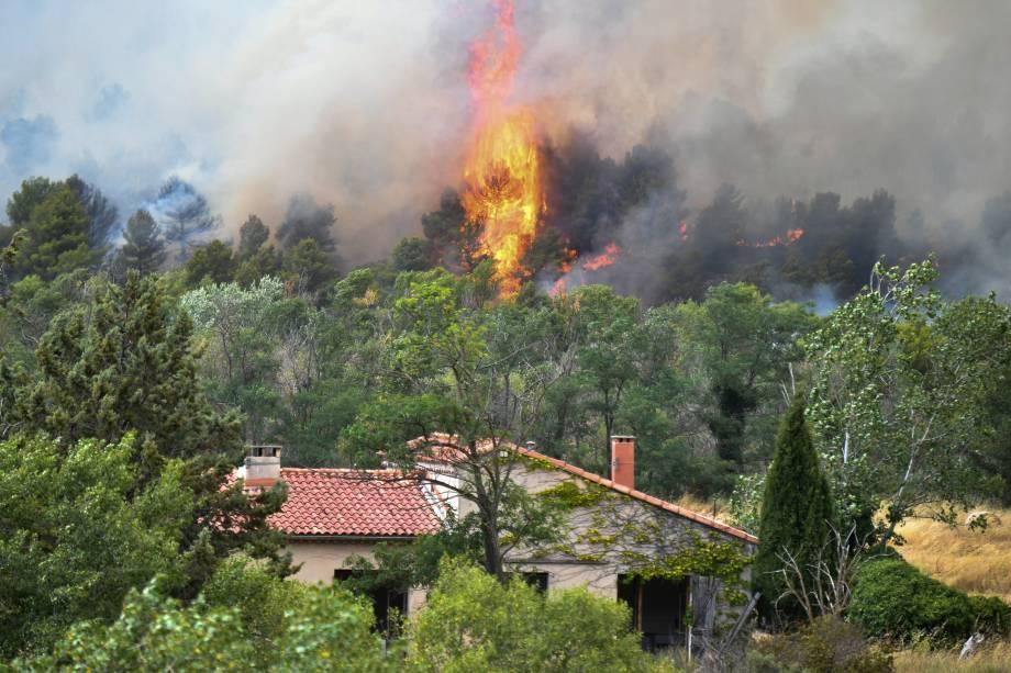 Chamas do incêndio florestal se aproxima de uma casa, perto de Mirabeau, no sudeste da França