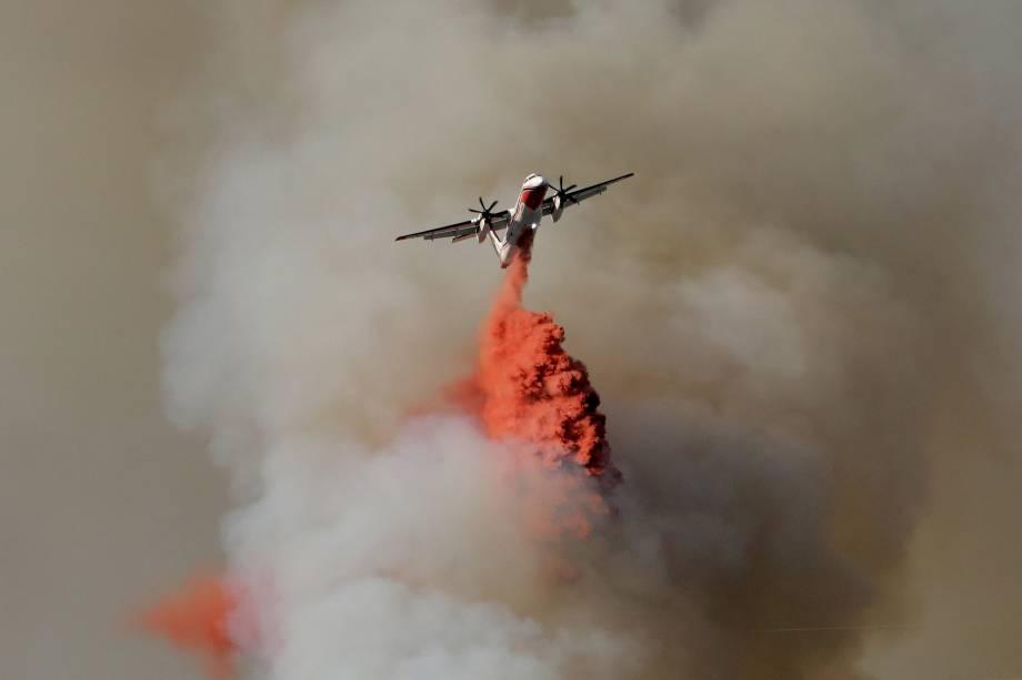 Um avião tenta conter as chamas do incêndio florestal que obrigou cerca de 10 mil pessoas a deixarem suas casa no sudeste da França